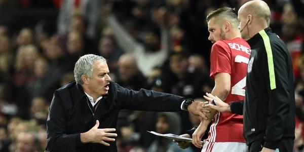 Trois jours après la claqué reçue à Chelsea (4-0), Manchester United a retrouvé des couleurs en éliminant Manchester City (1-0) en 8e de finale de la Coupe de la Ligue. Contrairement au 10 septembre dernier, où les Citizens s'étaient imposés (2-1) ici en championnat, les Red Devils ont remporté une victoire précieuse, surtout pour José Mourinho, dont l'équipe peine à transformer sur le terrain les investissements du mercato. Pour la première fois de sa carrière sur le banc, Pep Guardiola…