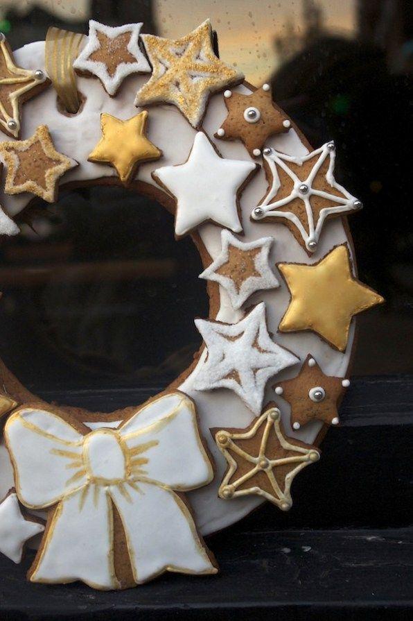 Cette année, je vous ai mijoté une couronne de Noël en pain d'épices pour une déco raffinée et gourmande parsemée d'étoiles blanches et or en glacage royal. Un joli DIY qui réjouira petits et grands