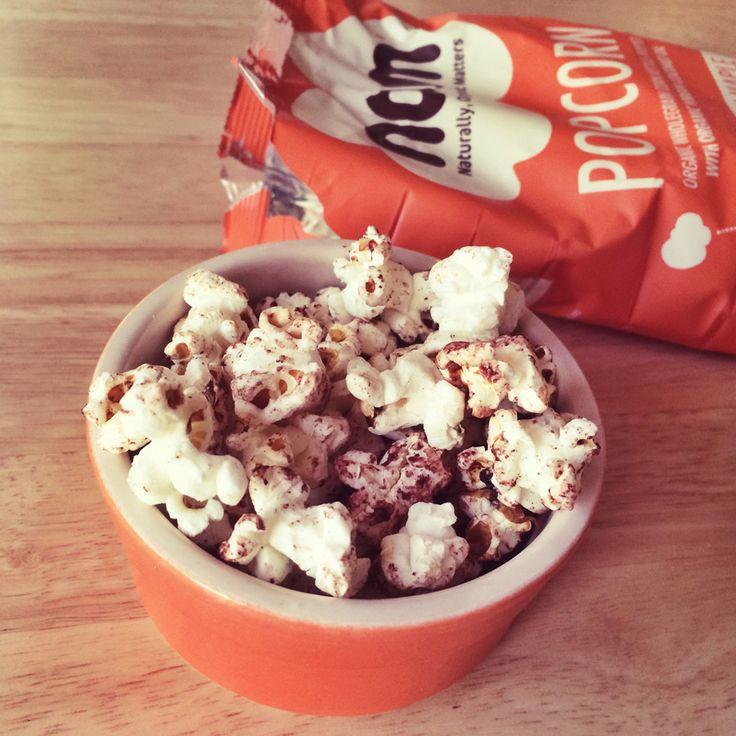 Gebakken in biologische kokosolie. Nom Popcorn is niet alleen laag in calorieën, maar ook gluten vrij, vol met vezels en zonder geraffineerde suikers.