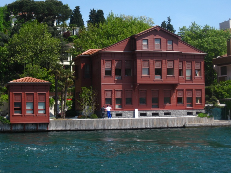 The shores of Bosphorus - beautiful old mansions ...