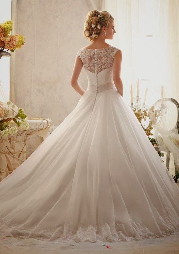 I usually don't post wedding stuff but this dress is so gorgeous I had to pin it!