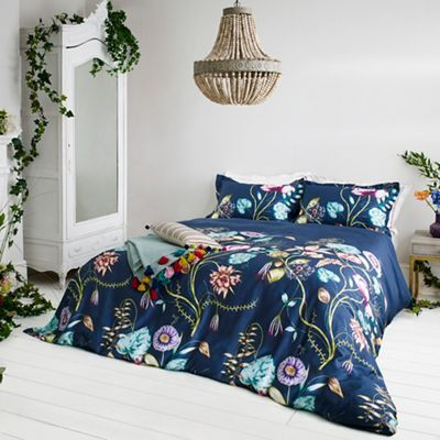Introduce drama to the bedroom with this design which is inspired by a truly stunning, digitally-printed wallpaper panel. Depicting oversized seed heads, artichokes, figs, pomegranates and other exotic fruits in abundance at the foot of the bed, the motif filters out to deep blue at the top of the design.
