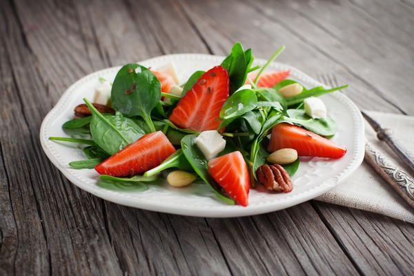 11 салат из клубники  со шпинатом