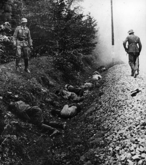 Polish POWs shot by Wehrmacht 1939 - Crimes de guerre de la Wehrmacht —…