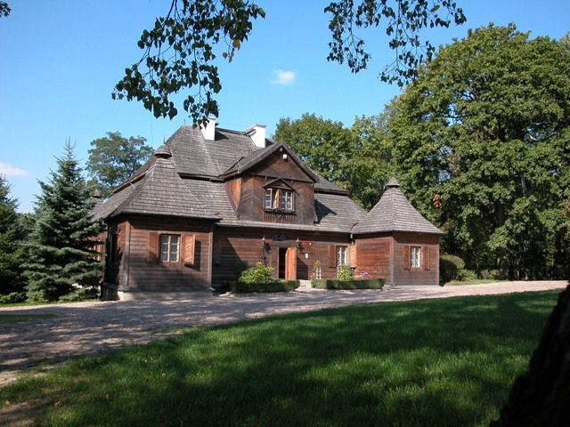 Muzeum Wnętrz Dworskich w Ożarowie, to zespół dworski składający się z drewnianego dworu z 1757 r. z łamanym dachem polskim i dwoma alkierzami, parkiem z pomnikami przyrody i stawami, altaną oraz basztą widokową. #kulturalnełódzkie