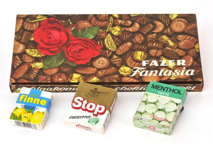 Karamellirasioita 1970–90-luvuilta. Satakunnan Museon kokoelmat. Fazerin Fantasia-suklaarasia. Chymoksen Fruit Finne -pastillirasia 1990-luvun alkupuolelta. Keskellä Hellas/Leafin Stop-eukalyptuspastillirasia vuodelta 1987 - Oikealla Halvan Menthol-täytepastilleja 1970-luvulta.