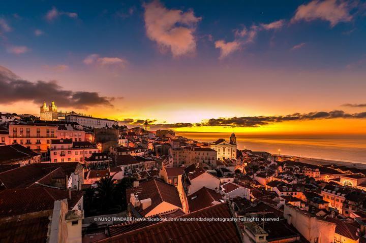 Conhecida como a cidade das sete colinas, a capital portuguesa e seus moradores convivem com o simbolismo dos altos montes, que proporcionam aos turistas uma visão intimista dos bairros e do cotidiano dos lisboetas. Reza a lenda que Lisboa nasceu...