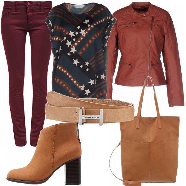 Un look semplice e alla portata di tutti. Jeans bordeaux slim abbinato ad una t-shirt con stampa a stelle e ad un giubbotto in simil pelle. Tronchetto marrone in pendant con cinta e shopping bag.