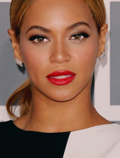 """Beyoncé arbore ici un make-up glowy-glam': - Préparation visage teint parfait """"radiant glow"""" (#83404) - Fond de teint sur mesure SPF15 """"Dark"""" (#6123) - Base paupières (#7501) - Ombre à paupières scintillante """"gala"""" (#81145) - Crayon jumbo """"Forest nymph"""" (#21637)  - Eyeliner crème """"black"""" (#81160) - Faux-cils dramatiques (#1714) - Kit sourcils Dark (#81303) - Contouring blush and bronzing """"Turks and Caïcos"""" (#83603) - Blush marbré """"Peachy Cheeky"""" (#83351) http://www.eyeslipsface.fr/"""