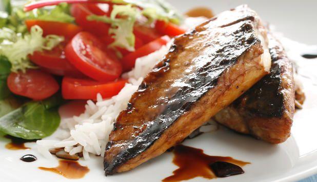 Mariner makrellen i teriyakimarinade før du legger den på grillen for en eksotisk smak. Jasminris som tilbehør gir også denne tradisjonelle råvaren fra havet et asiatisk preg.