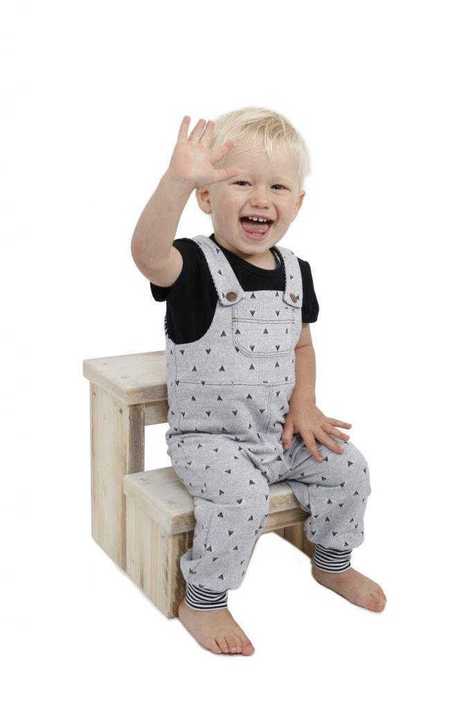 348dab63ec7 Maak met dit naaipatroon zelf een tuinbroek voor uw kindje. Het ...