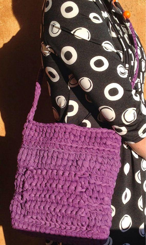 Purple handbag with shoulder strap by Ideeinfilo on Etsy Borsa uncinetto