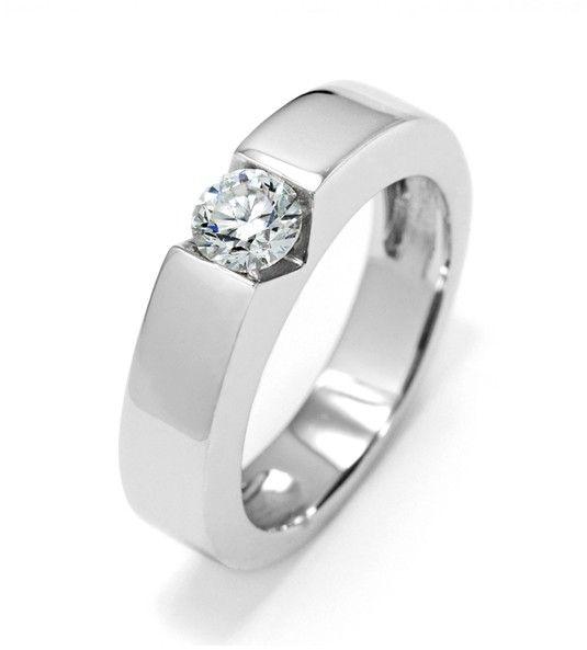 El solitario ROBERTO TORRETTA 2 es, sin duda, una muestra clara del ingenio del prestigioso diseñador Roberto Torretta, aplicado a la alta joyería. Este anillo de diamantes, realizado con un diamante de alta calidad y oro de Primera Ley, se basa en un diseño vanguardista y diferente a los anillos tradicionales. Por ello, es perfecto para sorprender con un anillo de compromiso especial, o un regalo original.