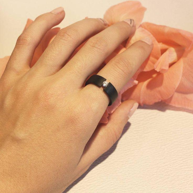 Украшения из карбона - новинка в ювелирной моде. Не сомневайтесь, что такое кольцо будет приковывать множество восторженных взглядов вокруг.  #jewelry #украшения #zlato_ua #zlatoUA #jewelryshop #kievshop #fashion #style