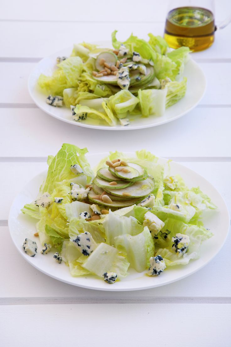 Lettuce Heart with pear and roquefort http://www.instyle.gr/recipe/kardia-marouliou-achladi-ke-rokfor/