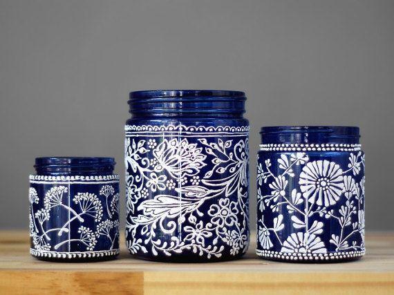 Impression de botanique inspiré peintes mason jar cadeau ensemble de trois vases peints jar. Celles-ci font un cadeau dhôtesse grande mason, ou un cadeau de pendaison de crémaillère jar. Ces pots de fleurs peints aussi feront un bocal de printemps magnifique pièce maîtresse, mais aussi un grand don son bocal à conserves !  Cette liste est pour un ensemble-cadeau de pot peints de 3 bleu et main tous pots mason blanc teinté et puis les dessins botaniques sont main peinte sur. La teinte du…