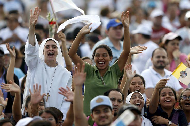 En el Parque Samanes en Guayaquil, los seguidores del papa saludan ansiosos antes de la misa. Foto: Reuters