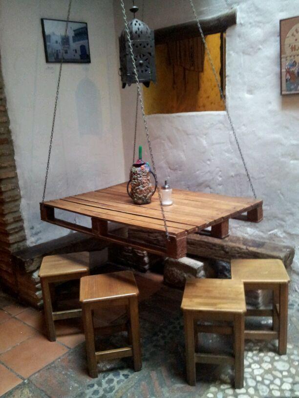 Mesa feita com pallet e pendurada por correntes