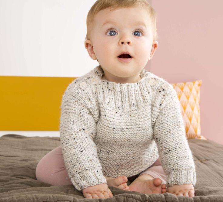 Classique, intemporel mais assurément efficace, on adore ce pull pour bébé avec ses boutons sur les épaules en finition. Tricoté en '5;>Laine Phil randonnées', coloris Ecru.Modèle N°23 du catalogue N°127 : Bébé & Enfant, Automne/Hiver 2015