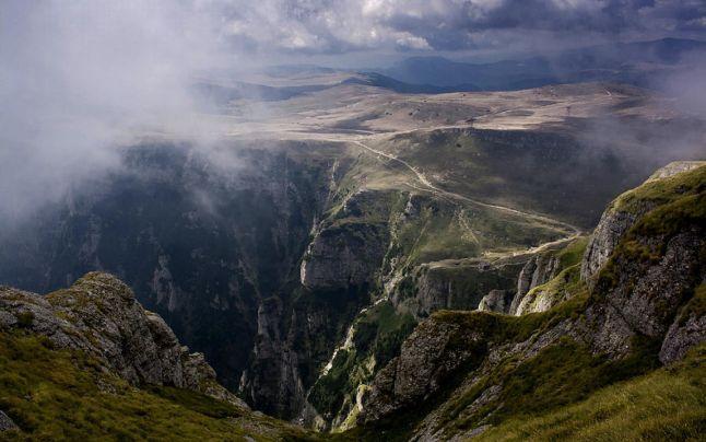 """Top 10 cele mai sinistre locuri din România. Unde se află Gugu, muntele care l-a inspirat pe Jules Verne să scrie """"Castelul din Carpaţi"""""""
