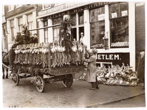 Wild handelaar verkoopt aan de poelier.