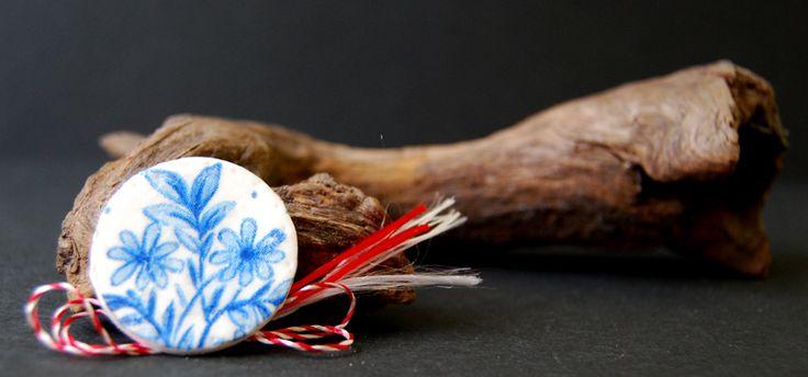floral decoupage brooch, martisor handmade cu flori albastre