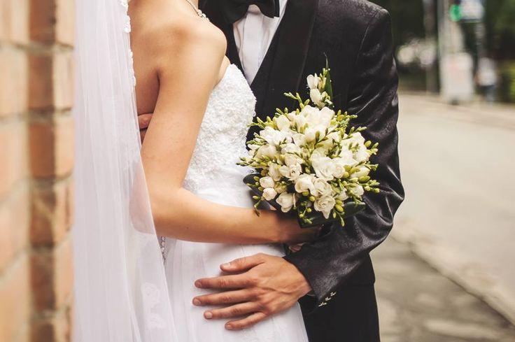 """Il #matrimonio è la #Cerimonia di Incoronazione degli #Sposi. In questo giorno la #Sposa diventa ufficialmente la Regina difronte ai suoi ospiti e al suo #Sposo e il suo Sposo le dichiara il suo amore porgendole sul capo la Corona come segno della sua Unica Fonte di Amore. Ecco perché noi #Weddingplanner di #EventoVincente abbiamo scelto la """"Corona"""" come simbolo del #Matrimonio"""