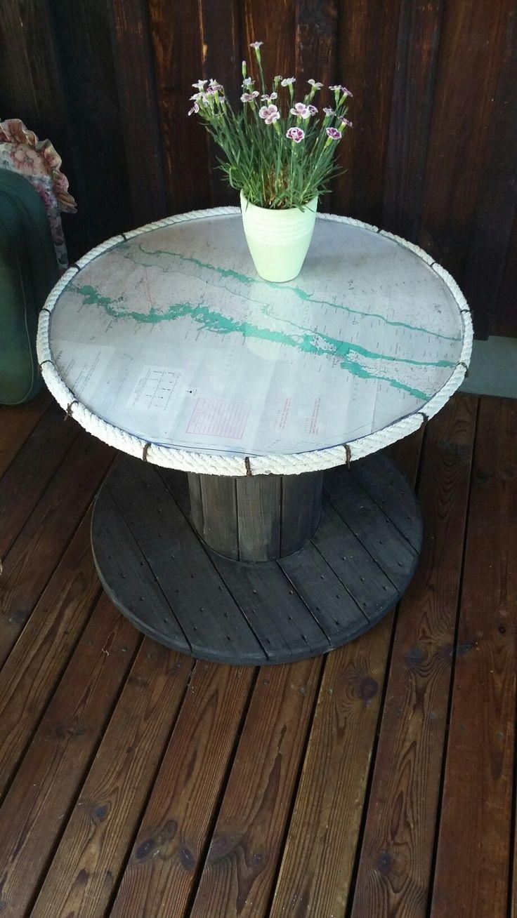 Litet bord av kabeltrumma.