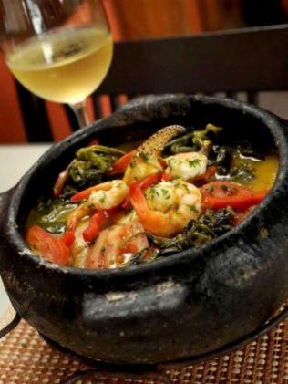 À frente do restaurante Remanso do Peixe, em Belém, ele ensina a preparar caranguejo, farofa de aviú e moqueca paraense