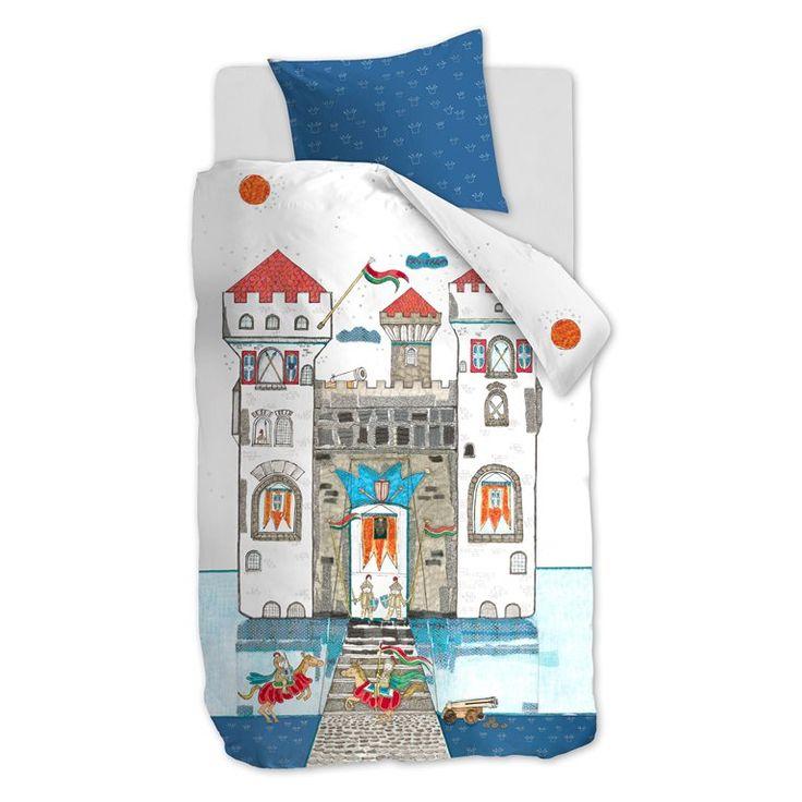 Dappere ridders opgelet! Dit dekbedovertrek heeft een stoere print van een groot kasteel waar van alles gebeurt. Een overtrek vol ridders, vlaggen, kanonnen en paarden voor de kleine avonturiers. Naast lekker slapen kun je er ook leuk op spelen!