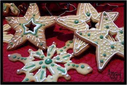 Biscuits de Noël décorés : http://www.ptitchef.com/recettes/dessert/biscuits-de-noel-decores-flocons-de-neige-fid-573909