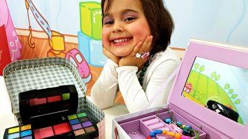 Маша #МиниМи ОДНА ДОМА  http://video-kid.com/21469-masha-minimi-odna-doma.html  Маша #МиниМи осталась одна дома! Нашла косметичку и Накрасилась маминой косметикой! Смешное видео про детей!Маша МиниМи играет с Пони, принцессой Софией и другими куклами) Мама Маши ушла в магазин - как думаешь, чем займется маленькая модница?!Смотри, Маша нашла мамину косметичку и ... решила накраситься)))) Сначала Маша обрабатывает ногти маслом для ногтей. А вот и тени - Маша красит глаза розовыми и фиолетовыми…