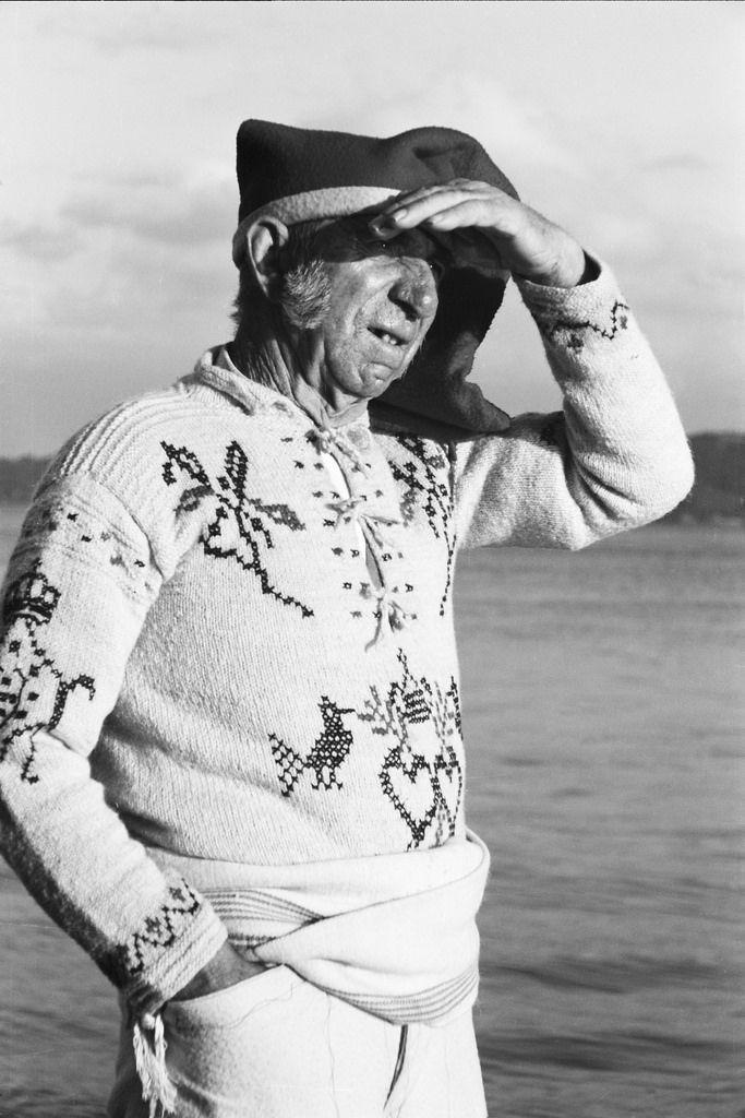 Retrato de figurante na exposição em traje regional de Póvoa de Varzim. Trajo de romaria. Fotógrafo: Casimiro dos Santos Vinagre. Data de produção da fotografia original: 1940. [CFT178 110.ic]