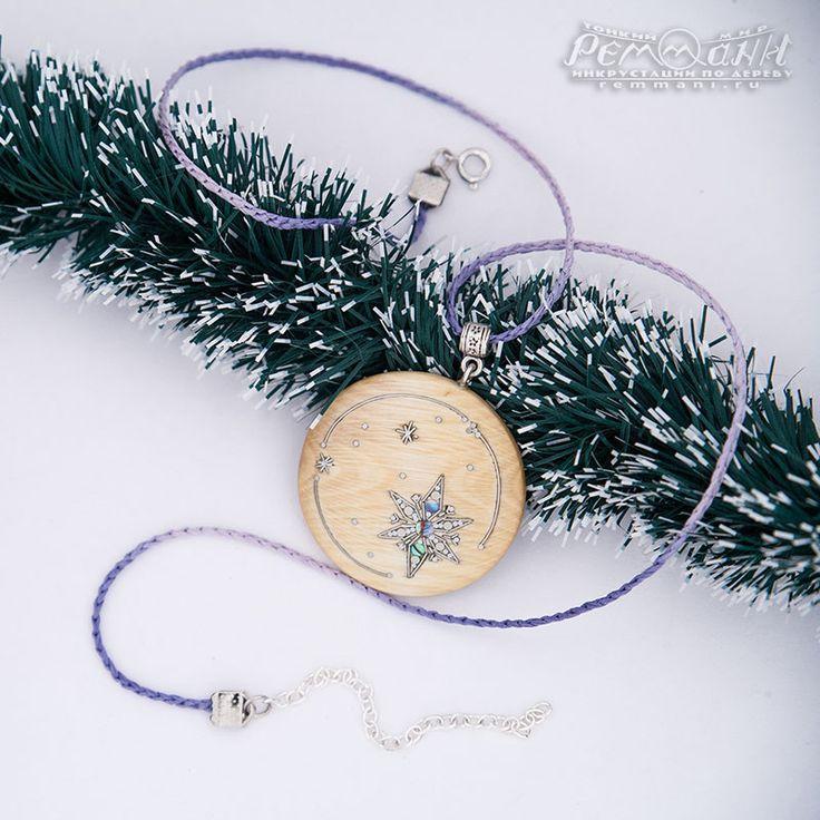 """""""Снежинки"""" из фундука. Понравилось нам название """"фундук"""" не только для самого ореха, но и для древесины орешника) И работа с ней пришлась по душе: природный узор этого дерева с перламутровым переливом мы украсили инкрустацией. #реммани #remmani #инкрустация #по #дереву #всечка #inlay #wood #pearl #перламутр #Christmas #Рождество #новый #год #newyear #снежинка #snowflake #снегопад #snowfall #кулон #pendant #круглые #round #фундук #лещина #орешник #filbert #nutwood"""