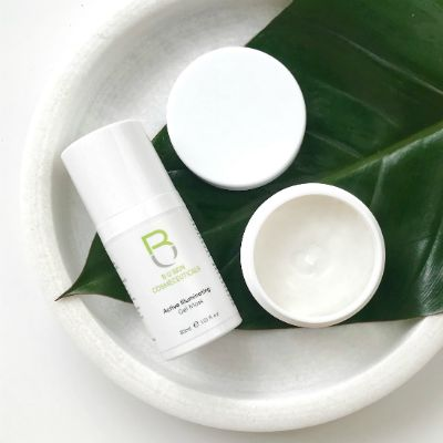 The Rejuvenate Hydration Boost pack consists of a Detoxifying Exfoliant to gently remove build up on the skin, revealing a brighter and smoother appearance. The Illuminating Gel Mask that brightens, refine and lightens the skin.