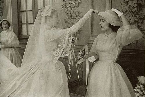 Grace fixing Carolyn Scott's (one of her bridesmaids) hat.Hats, Princesses Grace, L'Wren Scott, Monaco, Grace Kelly Hat, Carolyn Scott, Kelly Con, Royal Bridesmaid, Bridesmaids At Royal Weddings