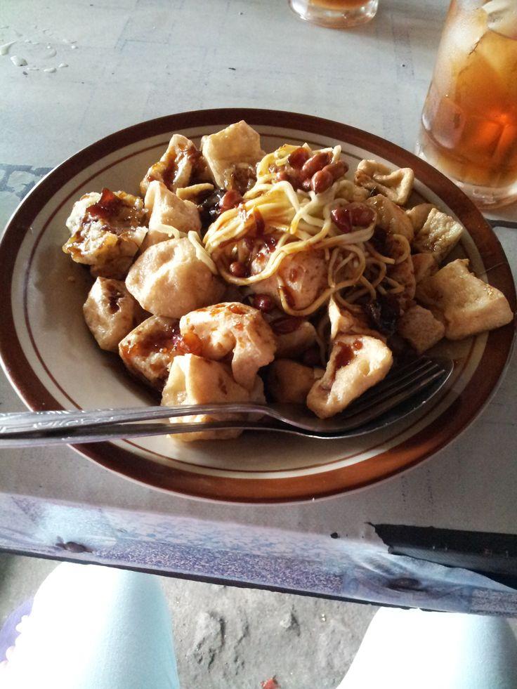 Menu : Tahu Kupat | Rasa : Gurih, manis, pedas | Lokasi : Sukorharjo, Jawa Tengah
