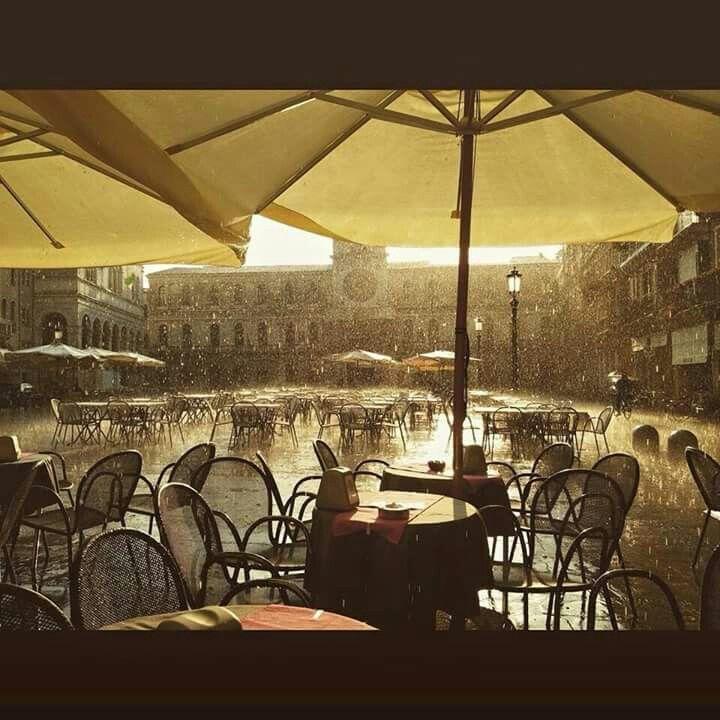 Rain falls on Piazza dei Signori - 25th May 2015