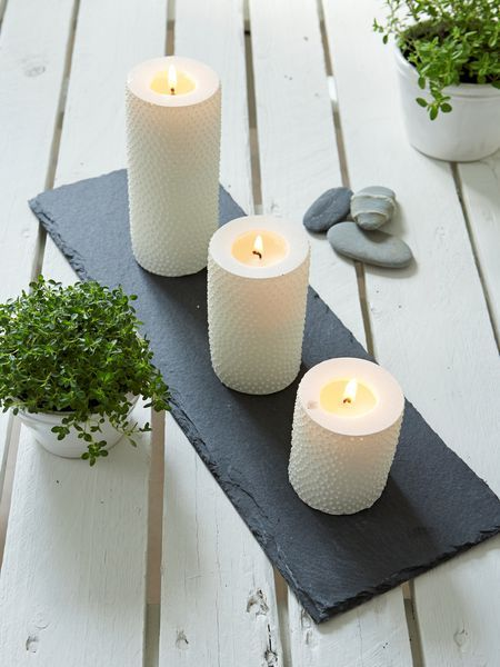 Simple weiße Kerzen, unterschiedlich groß, auf Schieferplatten Schieferplatten besorgt Kathrin