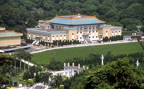 Day 6-National Palace Museum The Taipei National Palace Museum houses the largest collection of priceless Chinese artifacts and artwork in the world, including ancient bronze castings, calligraphy, scroll paintings, porcelain, jade, and rare books, many of which were possessions of the former imperial family #Holiday #AviaPromo visit our website:www.avia.travel