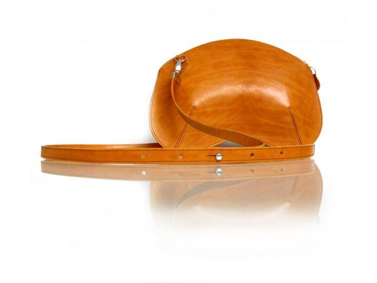 Kabelka Chesty z kůže vyrobené v čechách v odstínu koňak s odepínatelným popruhem crossbody, kování vyrobeno v Japonsku. Na výber z 1řti barev kůží, šesti barev podšívek a dvou barev kování - zlatá, stříbrná.