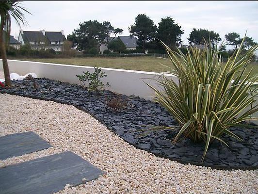 Image Jardin minéral avec par terre d'ardoise et plante sèche