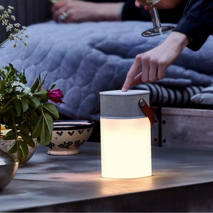 L'enceinte lumineuse Bluetooth de Kreafunk de coloris blanc, dispose d'un design branché, léger qui défie les frontières entre l'intérieur et l'extérieur de la maison. <br> <br> Avec aGlow, vous possédez à la fois une lampe et un haut-parleur sans fil (grâce à la technologie Bluetooth) que vous emmenez partout. La lampe a une autonomie allant jusqu'à  20 heures via un port USB. Le temps de charge est de 4-6 heures. aGlow a un variateur intégré qui vous permettra de régler l'intensité de…