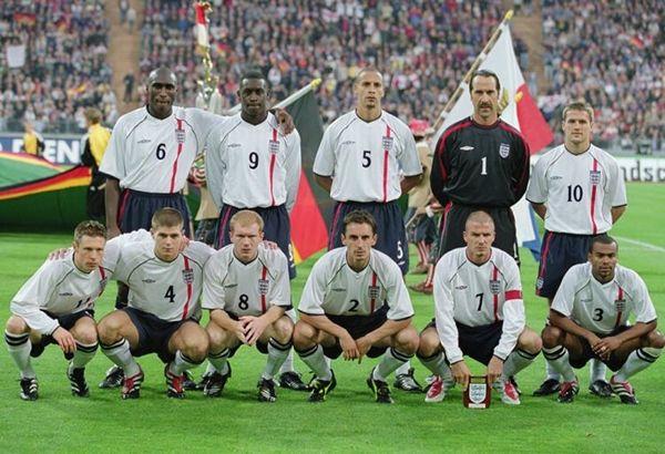 İNGİLTERE 2001 - Soldan sağa - Ayaktakiler: Sol Campbell, Emile Heskey, Rio Ferdinand, David Seaman, Michael Owen. - Oturanlar: Nick Barmby, Steven Gerrard, Paul Scholes, Gary Neville, David Beckham, Ashley Cole.