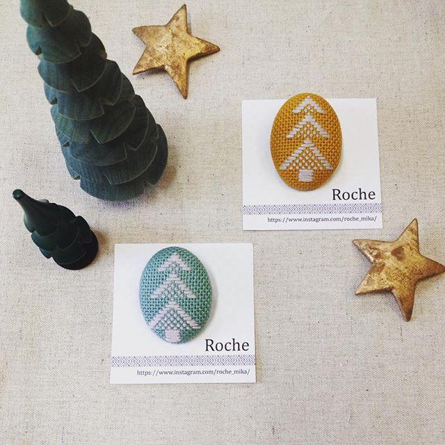 14 Dec. 2017 ❄︎☔︎ こんにちは! 今日はRocheさん @roche_mika の作品のご紹介です。こちらはツリーの紋様のブローチです。冬の装いが楽しくなりそうです♡  #handmade #kogin #japantraditional #embroidery #こぎん刺し #刺し子 #핸드메이드 #手作 #craftsandquilts月と星 #カラコロ工房2階より