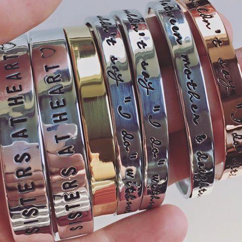 MUSTHAVE!! Armbanden met jouw eigen tekst, smal en breed, in rosé (koper), goud (messing) en zilver (aluminium). Een uniek en persoonlijk cadeau om te geven en om te krijgen! Voor zussen, moeder en dochter, vriendinnen of gewoon voor jezelf..   Dit waren mooie bestellingen die ik laatst gemaakt heb. Een setje armbanden voor zussen, voor moeder en dochter en voor de bruidsmeisjes / getuigen voor de bruiloft van en aanstaande bruid.
