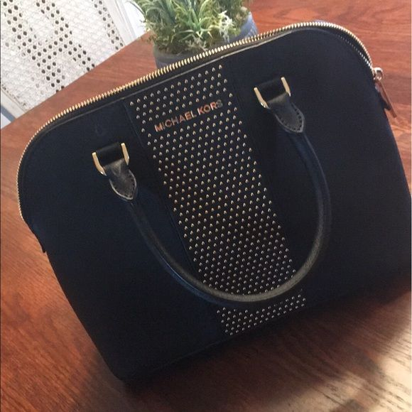 Shop Women's Michael Kors Black size OS Satchels at a discounted price at Poshmark. Description: Like new. Sold by leslie_crane3. Fast delivery, full service customer support.
