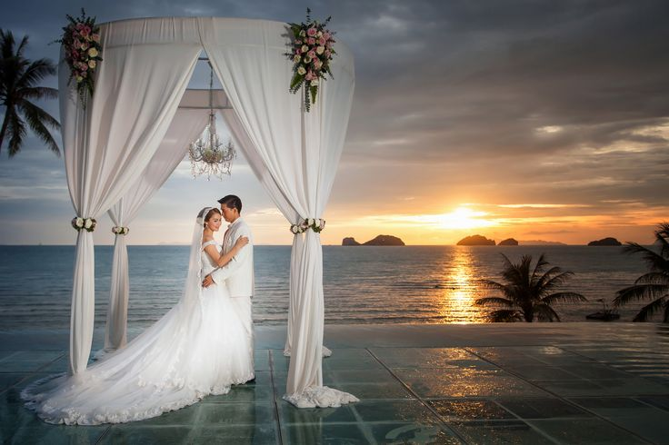 A #romantic #sunset #wedding at #conradkohsamui #amazingthailand #thailand