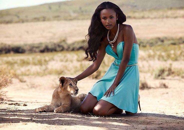 эфиопка и львенок. фото