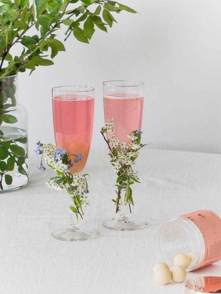 alkoholiton alkumalja, kesäjuhlat, kesäjuoma, raparperimehu, valmistujaisjuhlien juoma, juhlamalja